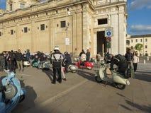 Den italienska Vespasparkcykeln st?tar i Assisi royaltyfria foton