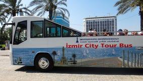 Den Izmir staden turnerar bussen med turister, Turkiet Royaltyfri Foto
