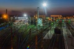 Den järnväg föreningspunkten i mörkret Royaltyfria Bilder