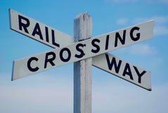 Den järnväg korsningen undertecknar in vit Arkivbild
