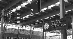 Den järnväg signposten och tar tid på Arkivfoton