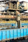 Den järnväg vagnen laddas med kol Ordna till för transport till kraftverket Royaltyfria Foton