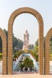 Den jätte- Buddhaskulpturen bredvid Wat Thai Sarnath Temple royaltyfri foto