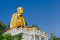 Den jätte- guld- munkstatyn namngav Phra Kru behåSri Wi Chai arkivfoton