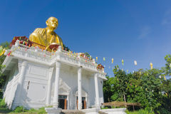 Den jätte- guld- munkstatyn namngav Phra Kru behåSri Wi Chai royaltyfria bilder