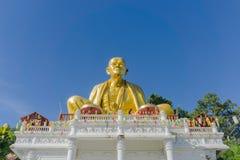 Den jätte- guld- munkstatyn namngav Phra Kru behåSri Wi Chai royaltyfria foton