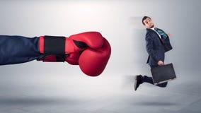Den jätte- handen ger en spark till en småföretagare arkivfoton