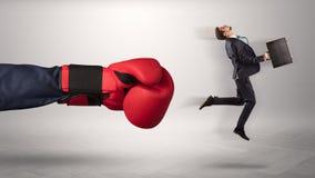 Den jätte- handen ger en spark till en småföretagare fotografering för bildbyråer