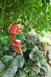 Den jätte- keramiska tekanna-, kopp- och tefatträdgårdprydnaden skulpterar Arkivbild