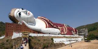 Jätte- Reclining Buddha royaltyfri fotografi