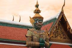 Den jätte- statyn återstår i templet Arkivbild
