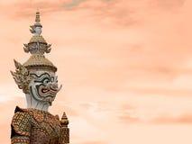 Den jätte- statyn som lokaliseras i templet arkivfoton