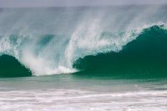 Den jätte- vågen slår kusten arkivbild