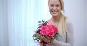 Den jätteglade kvinnan mottog en bukett av rosor stock video