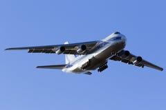 Den jättelika landningen An-124 Royaltyfria Foton