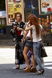 Den japanska flickan i traditionell klänning och flickor i mode klär arkivfoton