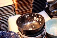 Den japanska handgjorda keramiska disken är visat till salu i det Doguyasuji gallerit, Osaka, Japan Royaltyfri Fotografi
