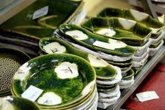 Den japanska handgjorda keramiska disken är visat till salu i det Doguyasuji gallerit, Osaka, Japan Fotografering för Bildbyråer