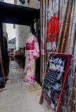 Den japanska kimonot p? sk?rm i kl?der shoppar arkivbild