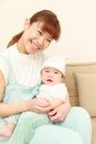 Den japanska mamman och hon behandla som ett barn Arkivfoto