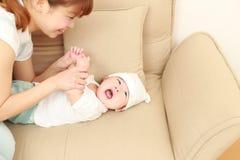 Den japanska mamman och hon behandla som ett barn Arkivfoton