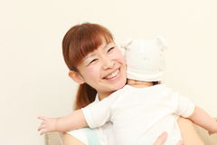 Den japanska mamman och hon behandla som ett barn Royaltyfri Bild