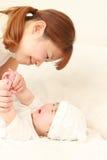 Den japanska mamman och hon behandla som ett barn Fotografering för Bildbyråer