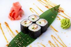 Den japanska menyn Läckra nya kortkort-rullar med gurkan, ålen och ost på en banan spricker ut Sushirullar på wi för en vitbakgru Fotografering för Bildbyråer