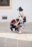 Den japanska pojken hjälper hans flicka om den varma dagen i Spanien Arkivbilder