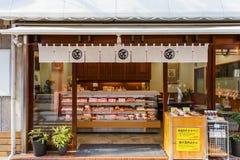 Den japanska sötsaken shoppar på den Nagasaki kineskvarteret Fotografering för Bildbyråer
