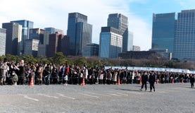 Den japanska ställningen i linjen för nya år önskar från kejsare Arkivfoto