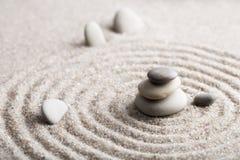 Den japanska stenen för zenträdgårdmeditationen för koncentration och avkoppling sandpapprar och vaggar för harmoni och balansera Royaltyfri Bild