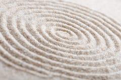 Den japanska stenen för zenträdgårdmeditationen för koncentration och avkoppling sandpapprar och vaggar för harmoni och balansera arkivbild
