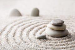 Den japanska stenen för zenträdgårdmeditationen för koncentration och avkoppling sandpapprar och vaggar för harmoni och balansera Royaltyfri Fotografi
