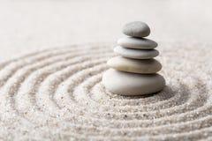 Den japanska stenen för zenträdgårdmeditationen för koncentration och avkoppling sandpapprar och vaggar för harmoni och balansera arkivfoto