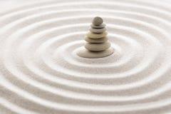 Den japanska stenen för zenträdgårdmeditationen för koncentration och avkoppling sandpapprar och vaggar för harmoni och balansera arkivfoton