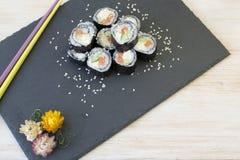 Den japanska sushi på svart kritiserar Arkivbilder