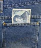 Den japanska yen i jeans stoppa i fickan, yen 1.000 Arkivbild