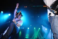 Den Jason Barwick, gitarrist- och ledningssångaren av det brittiskt vaggar/deppighetmusikbandet brygden arkivfoton