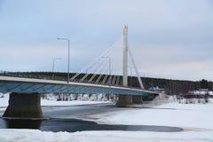 Den Jatkankynttila bro- eller Lumberjack's stearinljusbron över den Kemijoki floden i Rovaniemi, Finland Royaltyfri Fotografi