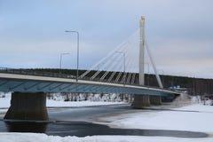 Den Jatkankynttila bro- eller Lumberjack's stearinljusbron över den Kemijoki floden i Rovaniemi, Finland Arkivfoton