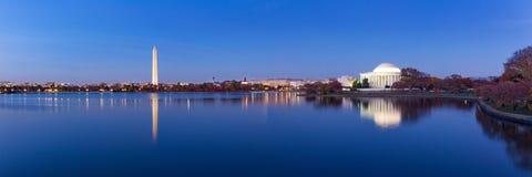 Den Jeffeerson minnesmärken och Washington Monument reflekterade på den tidvattens- handfatet Arkivfoton