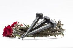 Den Jesus Christ kronan av taggar, spikar och två rosor Arkivfoton