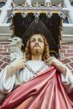 Den Jesus Christ statyn framme av den StMary domkyrkan i Yangon, Myanmar Royaltyfri Bild
