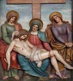 Den Jesus kroppen tas bort från korset, 13th stationer av korset Arkivfoto