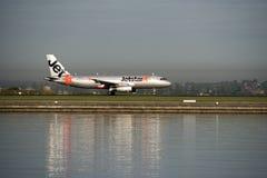Den Jetstar passagerarestrålen ankommer på Kingsford-smeden flygplatsen sydney royaltyfri fotografi