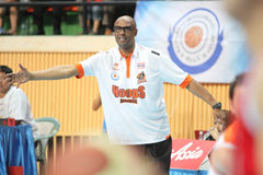 Den Joe Bryant huvudtränaren av sportar rusar Thailand Slammers som hyvlar konkurrens i en ASEAN-basketliga  Arkivfoton