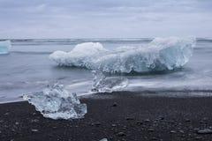 Den Jokulsarlon glaciärlagun i Island under en ljus sommarnatt Royaltyfri Foto