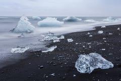 Den Jokulsarlon glaciärlagun i Island under en ljus sommarnatt Royaltyfria Bilder