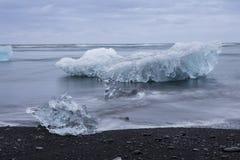 Den Jokulsarlon glaciärlagun i Island under en ljus sommarnatt Arkivbild